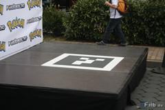 Dazu werden riesige AR-Marker neben einen auf den Boden gelegt.