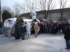 Zuvor im Internet registrierte Fans sammeln sich draußen vor dem Airstream-Caravan