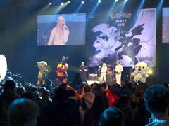 Barbi Schiller singt eines ihrer bekannten Pokémon-Songs.